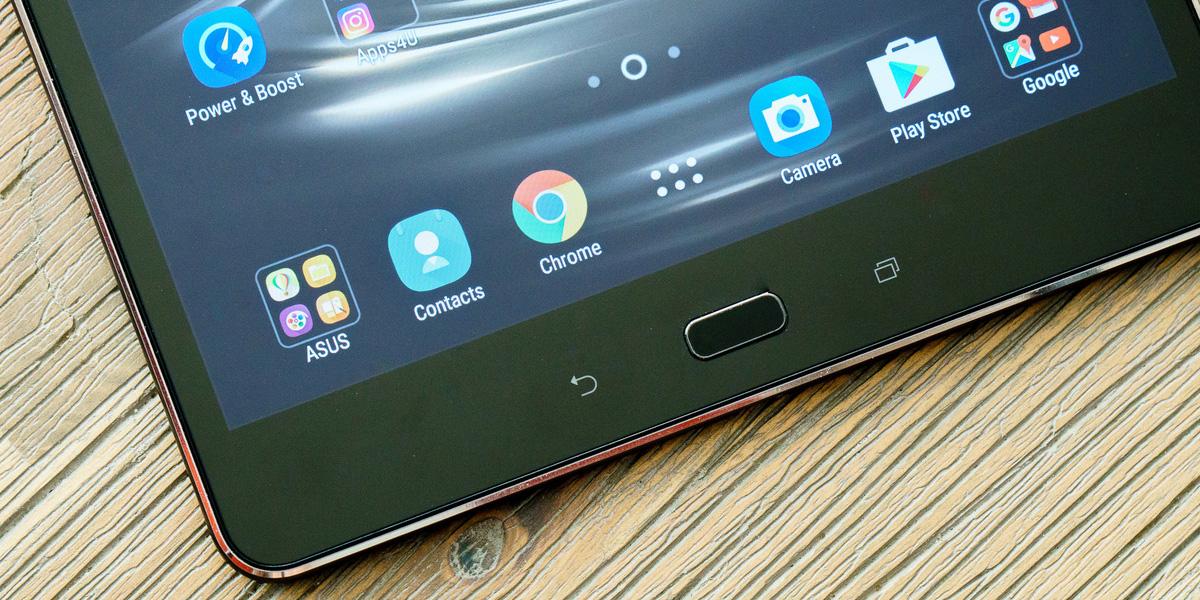 Планшет Asus Zenpad 3S 10, выпущенный в августе прошлого года, мог похвастаться неплохим сочетанием характеристик, но, к сожалению, не имел поддержки сетей мобильной связи. Новая модификация устройства, недавно поступившая в продажу в Малайзии, лишена этого недостатка. Она не только научилась работать с LTE, но и получила новый SoC производства Qualcomm, а также более емкий аккумулятор. Новинка с модельным индексом Z500KL внешне выглядит почти неотличимо от оригинального планшета, представленного полгода назад. На лицевой панели устройства располагаются 9,7-дюймовый IPS-экран с разрешением 1536 x 2048 точек, 5-мегапиксельная камера и кнопки навигации. Сзади можно увидеть серебристый логотип Asus и объектив 8-мегапиксельной основной камеры, наделенной автофокусом и возможностью записи Full HD видео. Сам металлический корпус планшета выполнен в темно-серой цветовой гамме, в то время как оригинальный Asus Zenpad 3S 10 был также доступен в серебристом цвете. Основой устройства стал достаточно мощный шестиядерный SoC Snapdragon 650. По конфигурации ядер и производительности этот чипсет близок к MediaTek MT8176 в первой версии Asus Zenpad 3S 10, однако энергоэффективность решения Qualcomm традиционно выше. В сочетании с более емким аккумулятором (7800 мАч) это должно обеспечить планшету значительный прирост автономности. По заявлению производителя, Asus Zenpad 3S 10 Z500KL способен проработать от полного заряда аккумулятора до 16 часов – на 6 часов дольше предшественника. В оснащение нового Asus Zenpad 3S 10 также входит 4 ГБ ОЗУ, 32 ГБ встроенной памяти, стандартный набор датчиков, включая гироскоп и сенсор освещенности, и два высококачественных динамика с поддержкой DTS HD Premium Sound. Заявлена возможность работы со стилусом Asus Z, который имеет 1024 степени чувствительности к нажатию. Технические характеристики Asus Zenpad 3S 10 (Z500KL): • 9,7-дюймовый IPS-экран с разрешением 2048 х 1536 точек (соотношение сторон 4:3, плотность пикселей 264 ppi) • система на криста