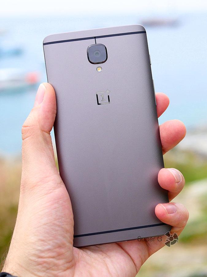 OnePlus 3T в руке (вид сзади)