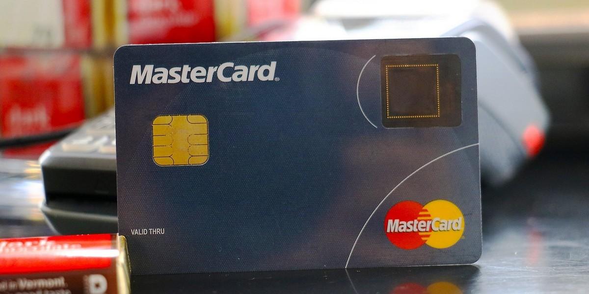 Mastercard со сканером отпечатков пальцев