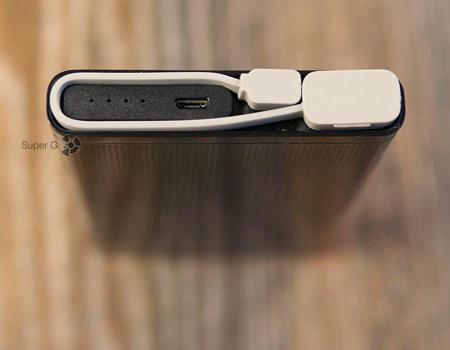 Комплектный кабель питания Micro USB - USB аккуратно укладывается в торец аккумулятора Energizer UE10004