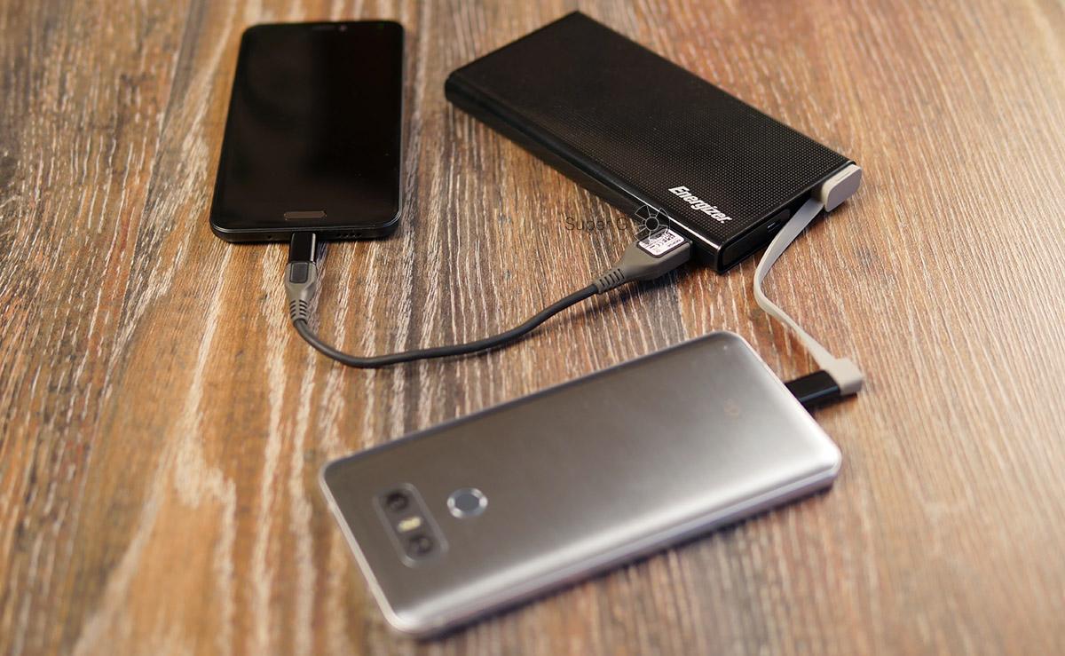 Energizer UE10004 умеет заряжать сразу два смартфона одновременно