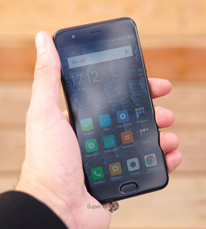Xiaomi Mi6 в руке (вид спереди)