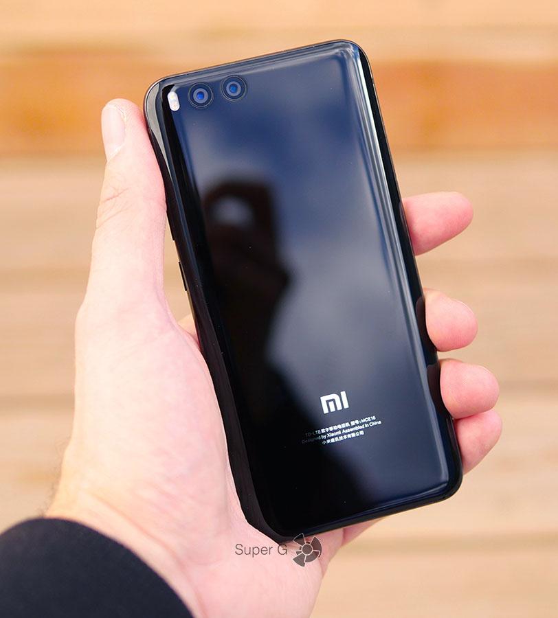 Xiaomi Mi6 в руке (вид сзади)
