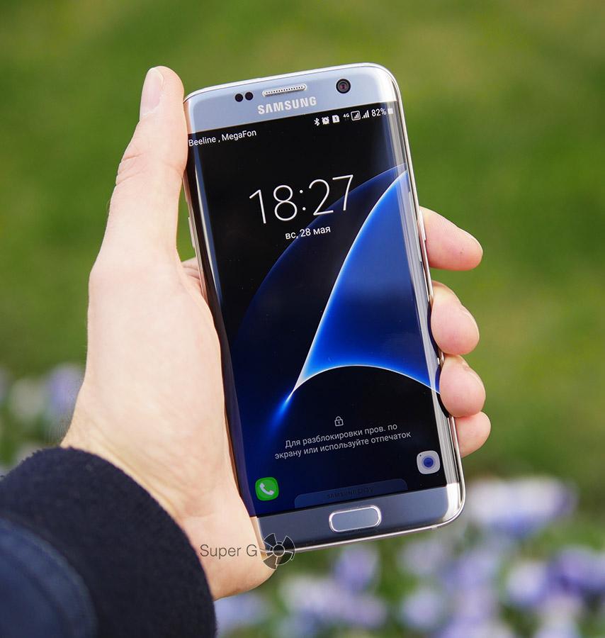 Samsung Galaxy S7 Edge в руке (вид спереди)