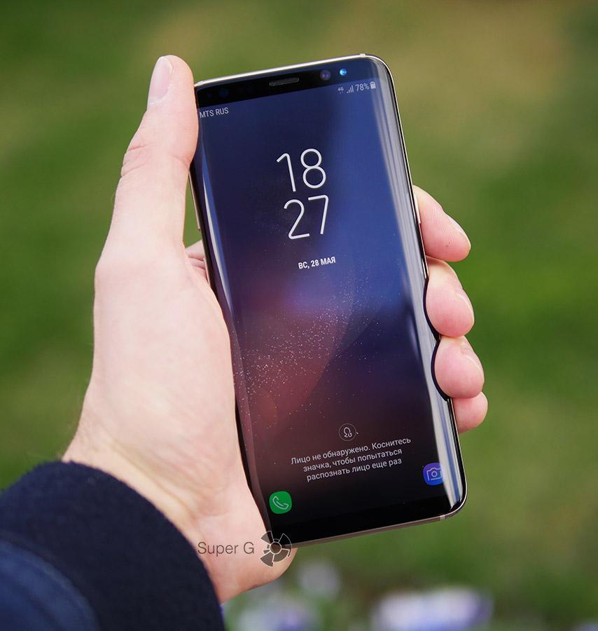 Samsung Galaxy S8 в руке (вид спереди)