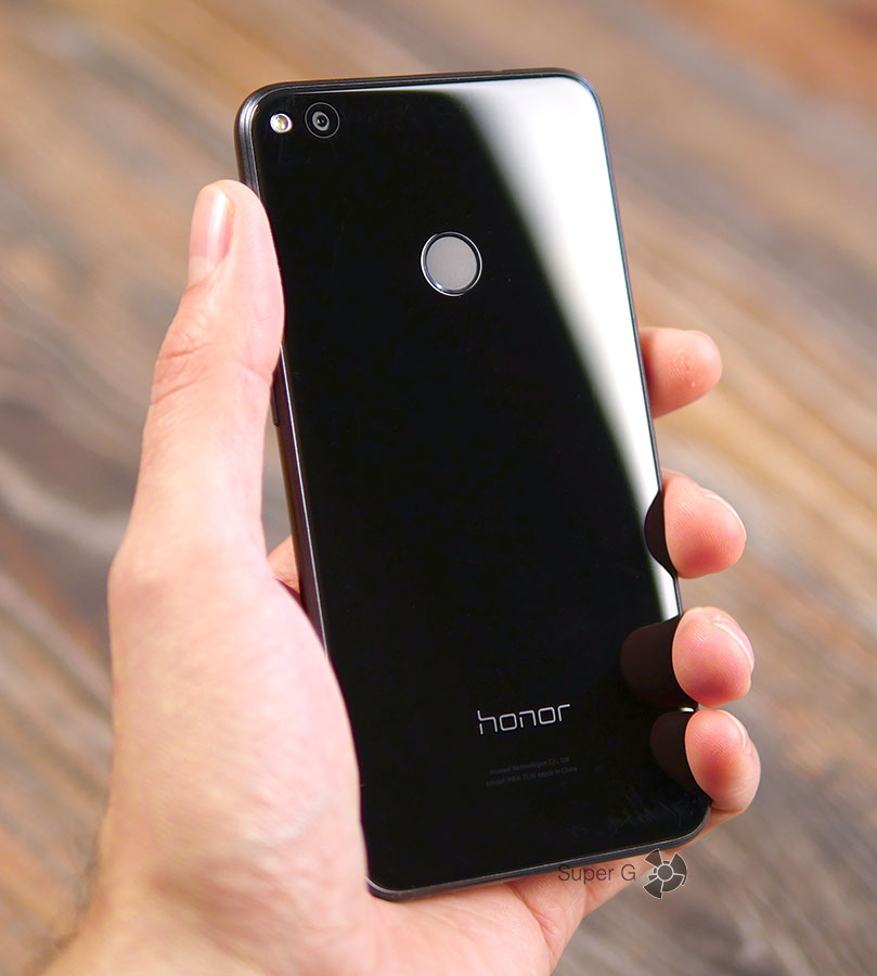 Honor 8 Lite в руке (вид сзади)