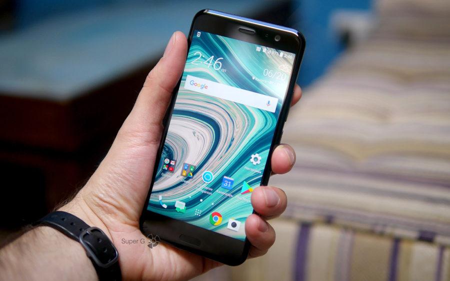 HTC U11 в руке (вид спереди)