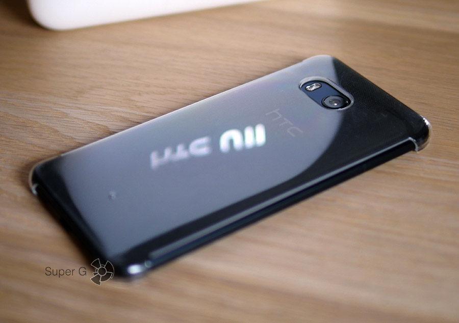HTC U11 в чехле (из комплекта)