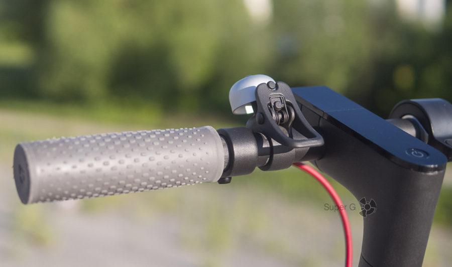 Педалька для звонка, а заодно и петля для крепления руля в горизонтальном положении