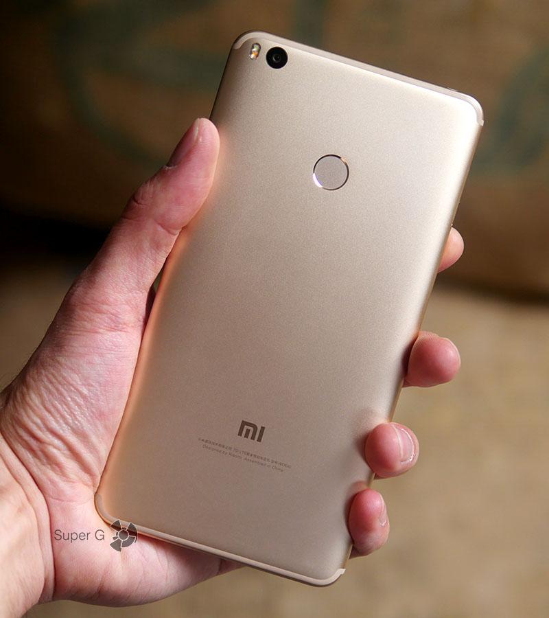 Xiaomi Mi Max 2 в руке (вид сзади)