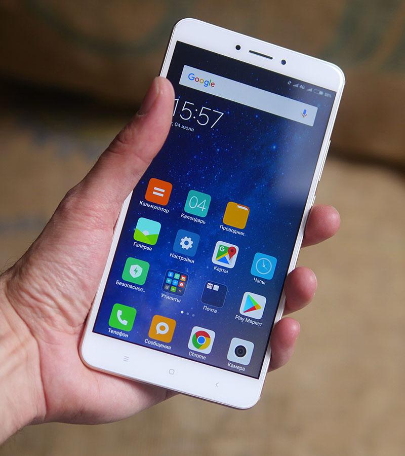 Xiaomi Mi Max 2 в руке (вид спереди)