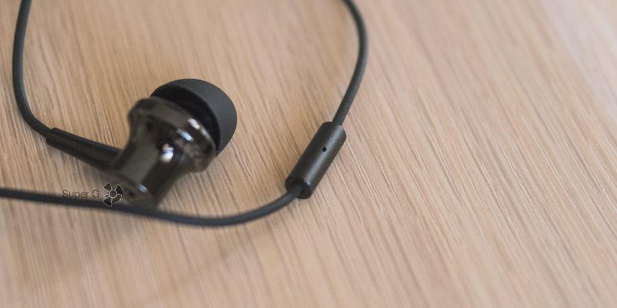 Микрофон вынесен на кабель от правого канала