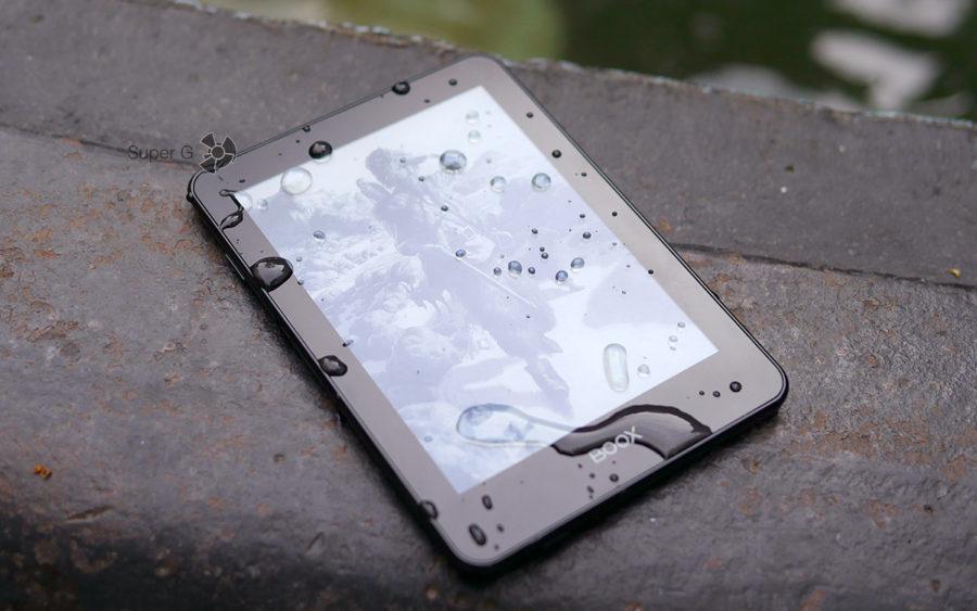 Электронная книга ONYX BOOX Robinson Crusoe имеет защиту от влаги