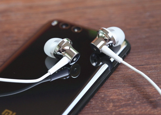 Xiaomi Mi ANC & Type-C In-Ear Earphones серебристого цвета