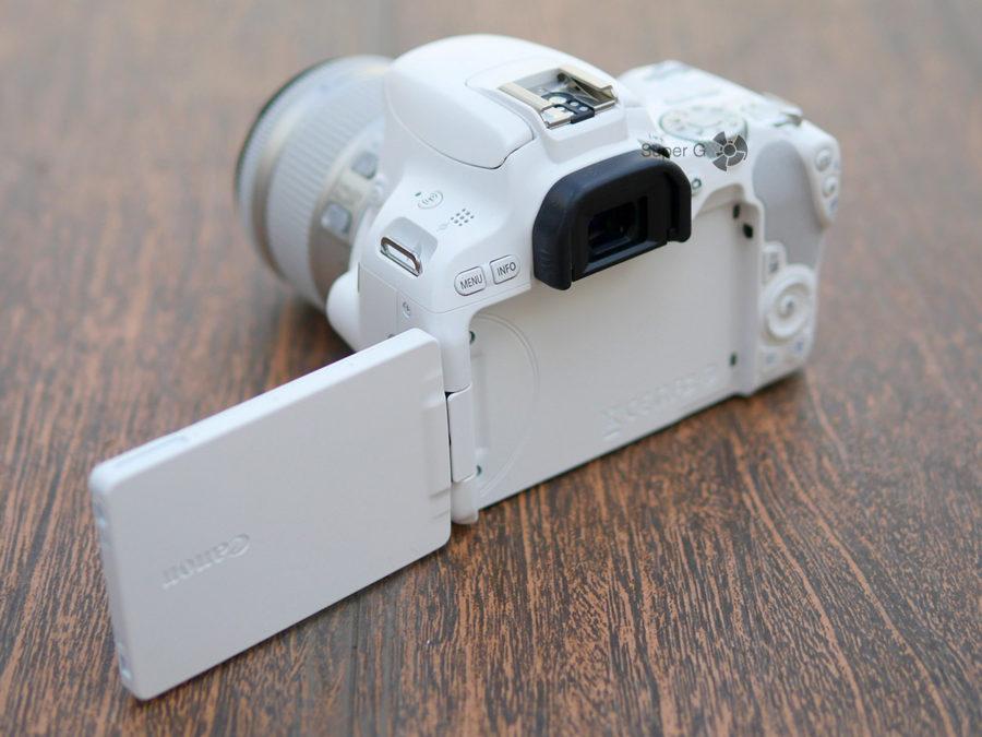 Дисплей Canon 200D можно поворачивать к себе и делать селфи