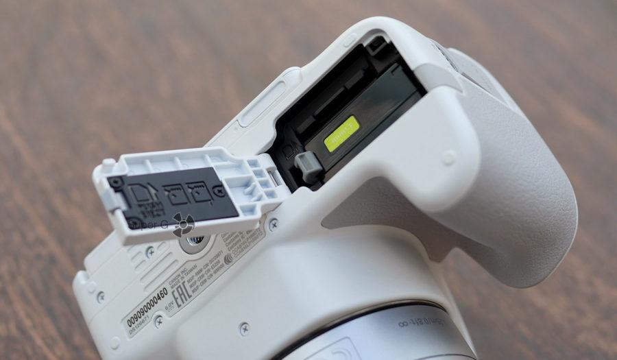 Слот для карт памяти и аккумулятора Canon 200D
