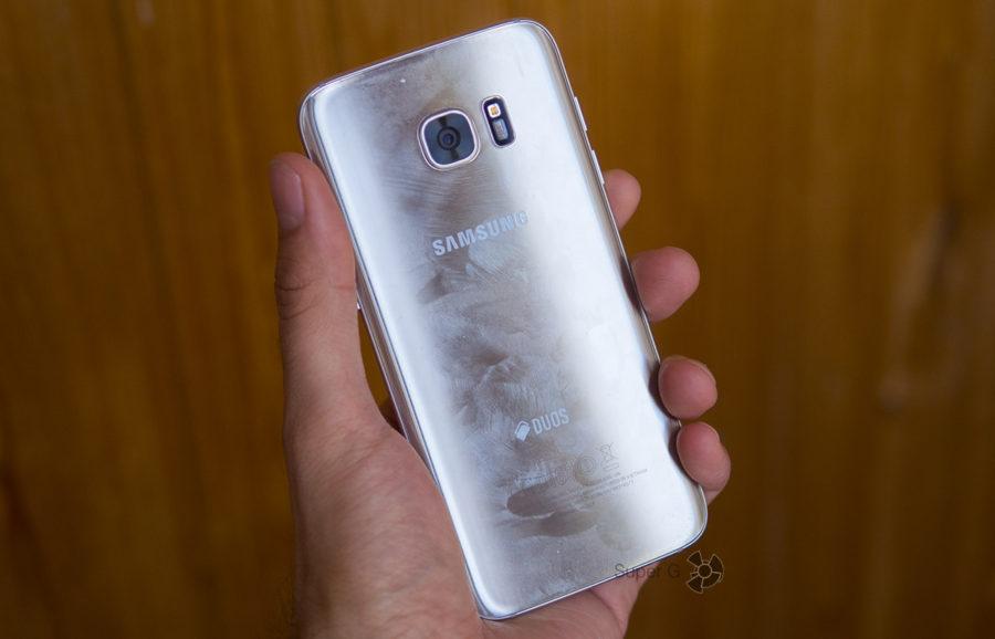 Сзади у Samsung Galaxy S7 Edge вообще нет олеофобного покрытия