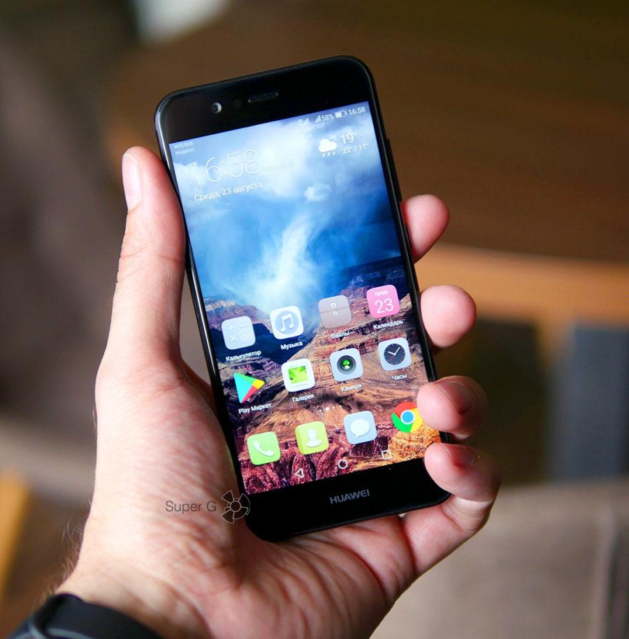 Huawei Nova 2 в руке (вид спереди)