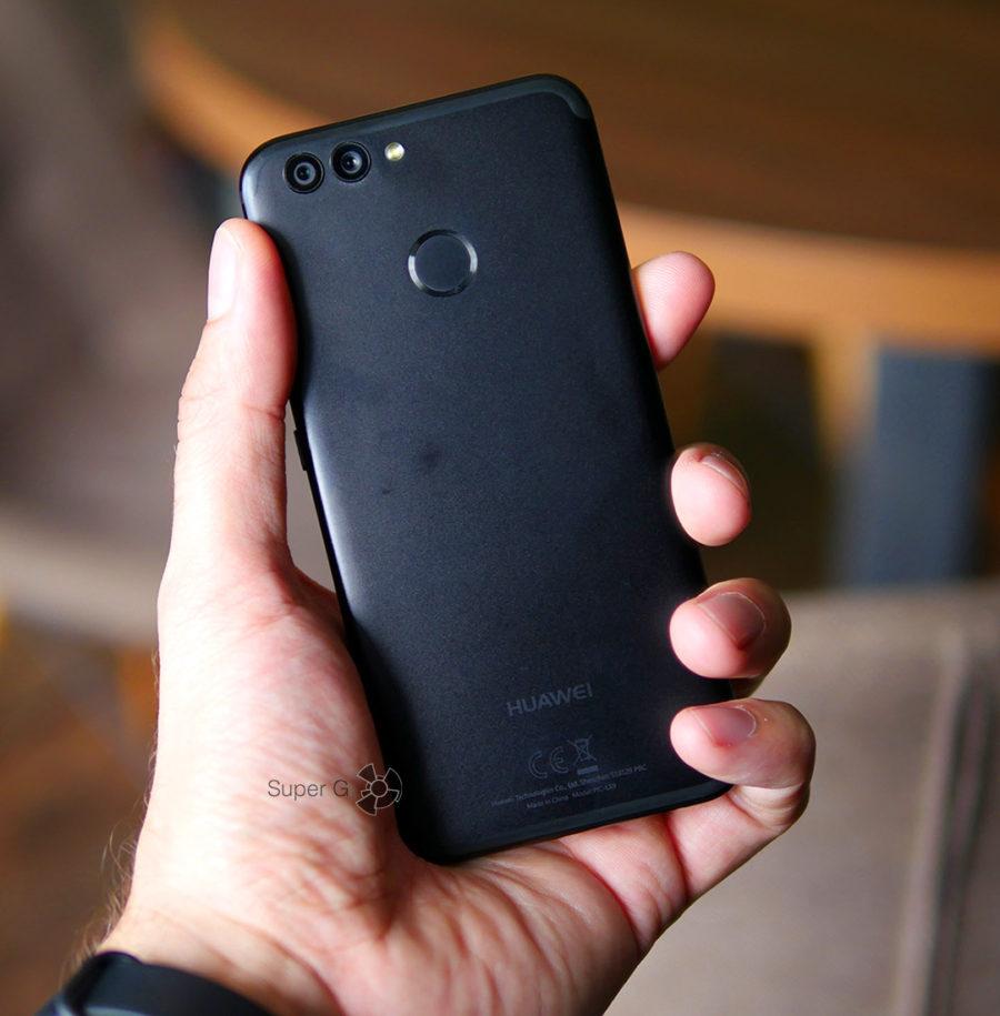 Huawei Nova 2 в руке (вид сзади)