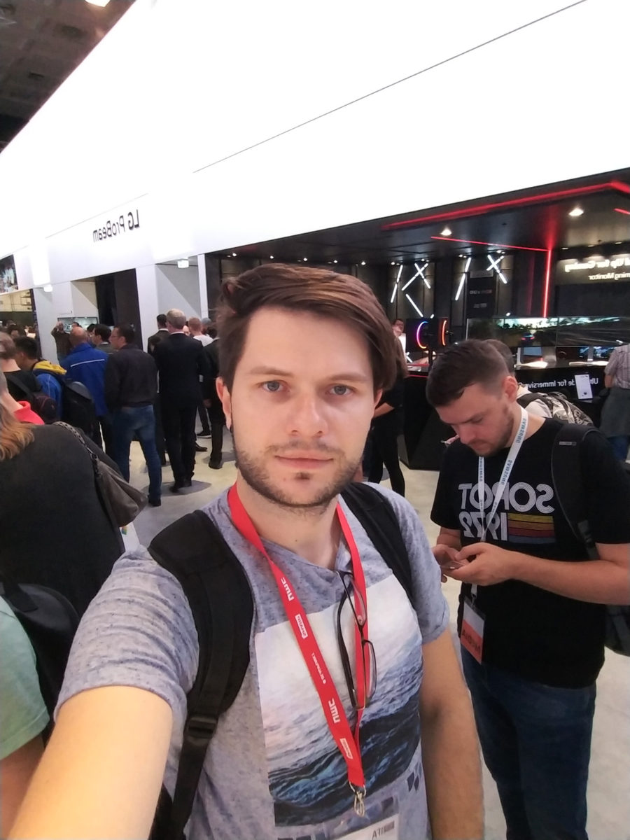 Пример фото, снятого на фронтальную камеру LG V30 (широкоугольный режим)