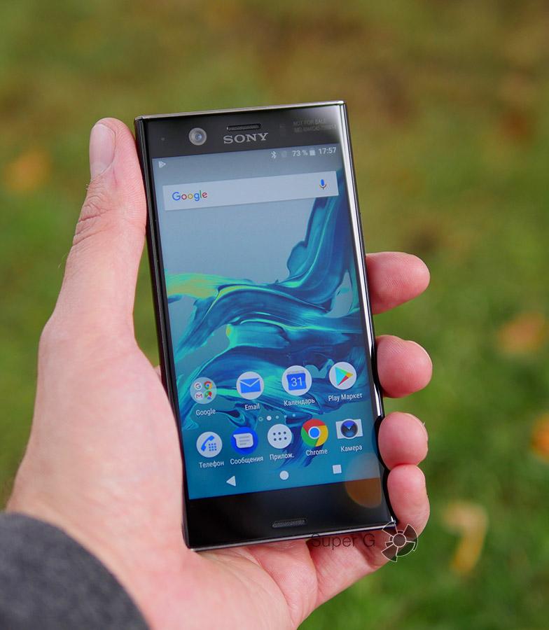 Sony Xperia XZ1 Compact в руке (вид спереди)