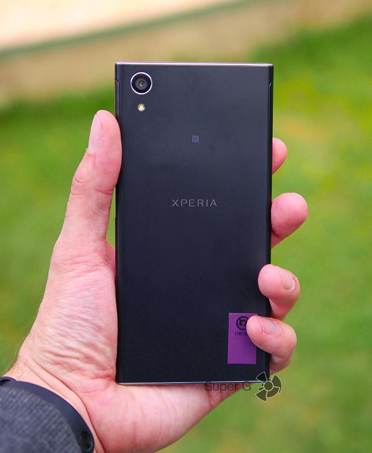 Sony Xperia XA1 Plus в руке (вид сзади)