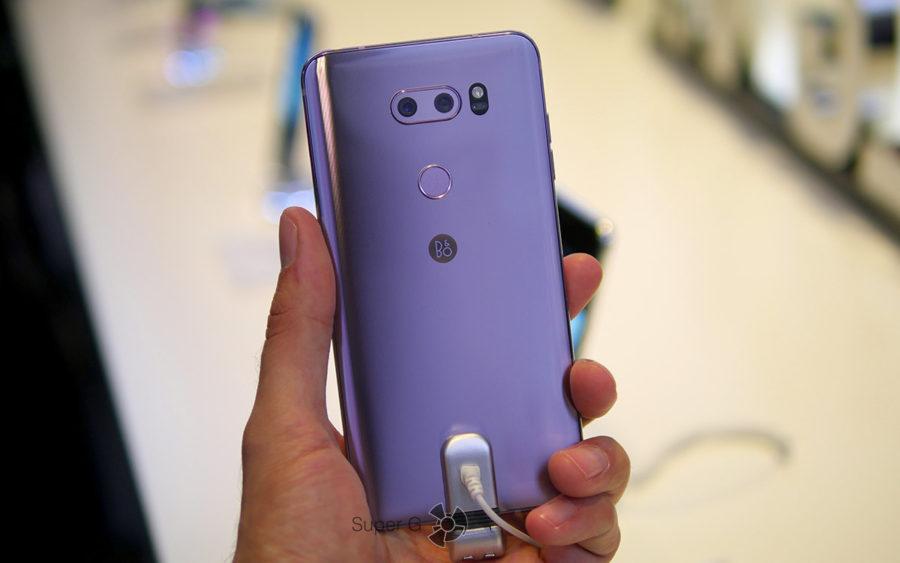 LG V30 в руке (вид сзади)
