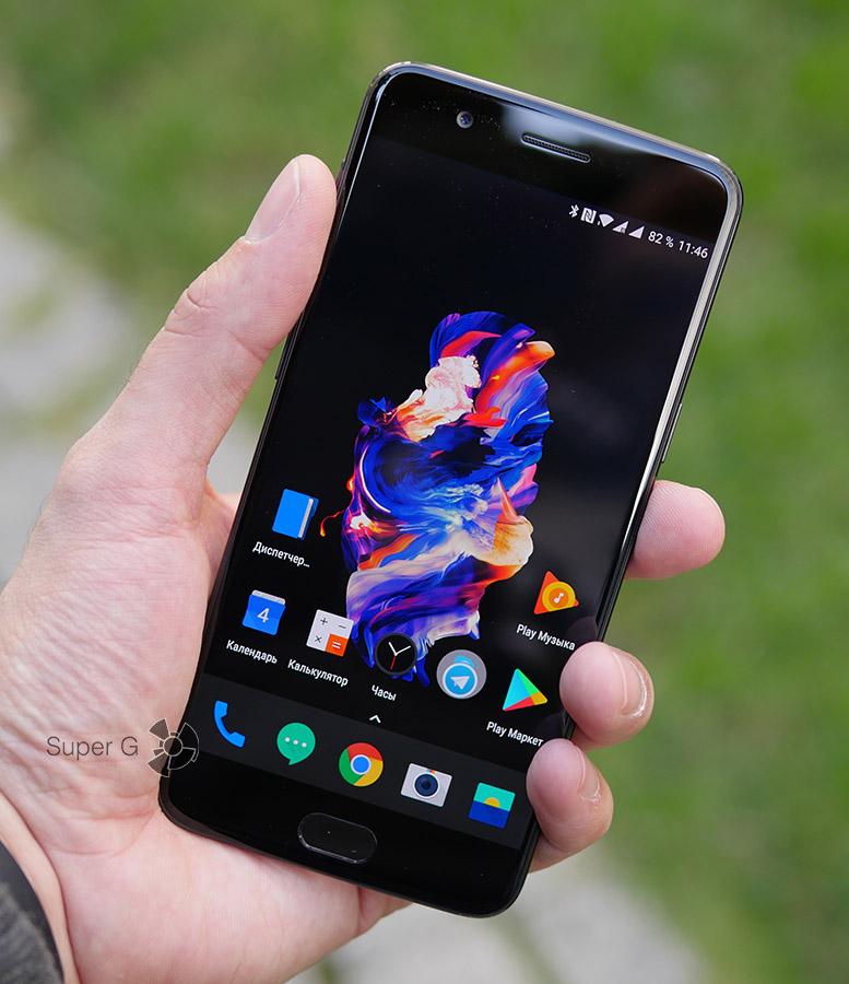 OnePlus 5 в руке (вид спереди)