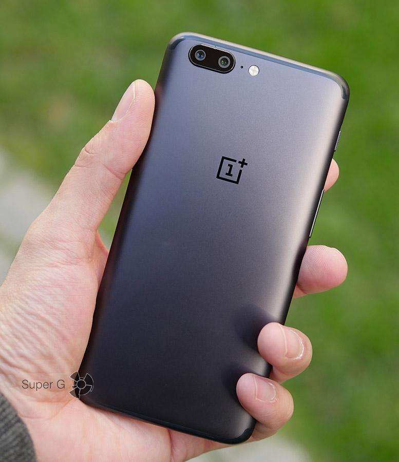 OnePlus 5 в руке (вид сзади)