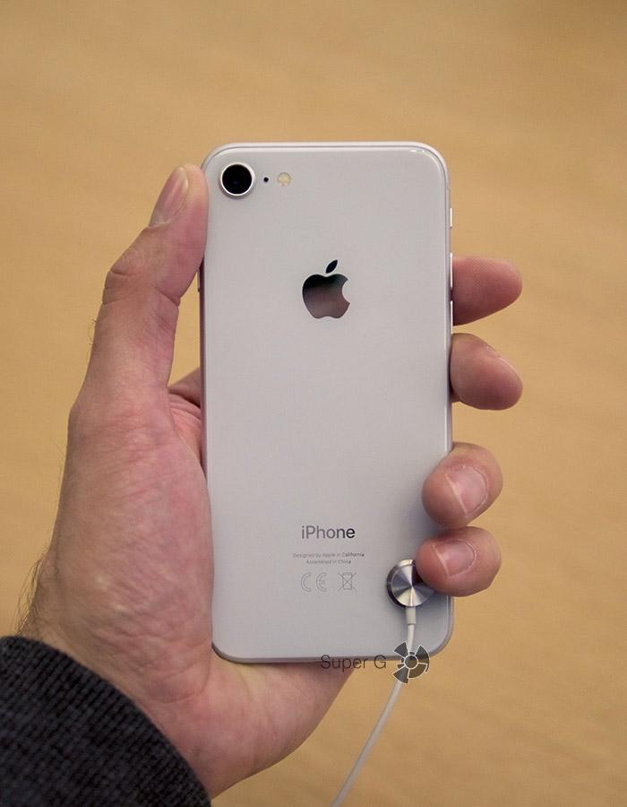 Серебристо-белый iPhone 8 (вид сзади)