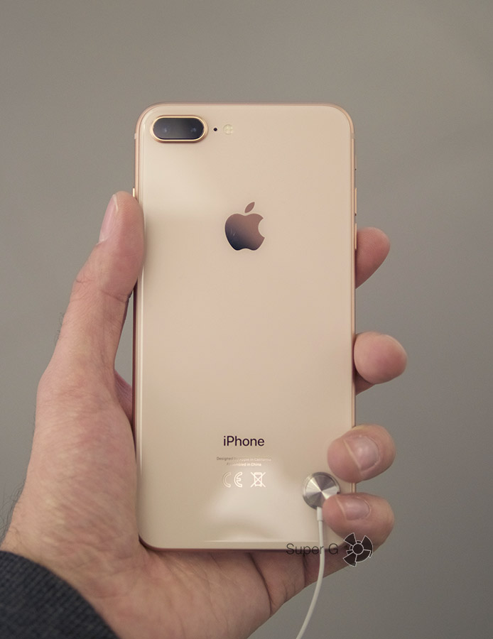 Золотой iPhone 8 Plus в руке (вид сзади)