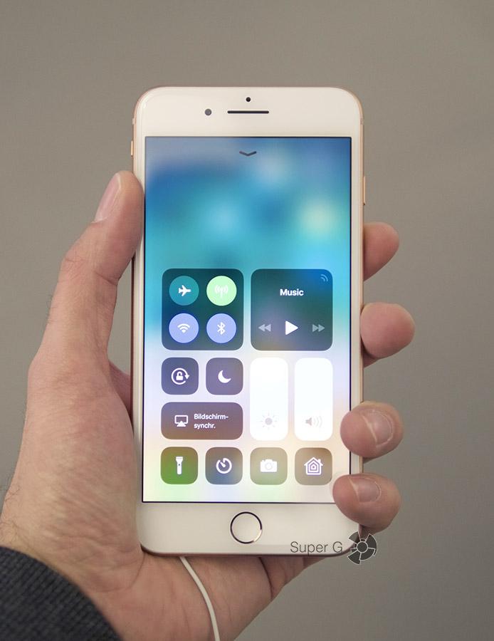Золотой iPhone 8 Plus в руке (вид спереди)