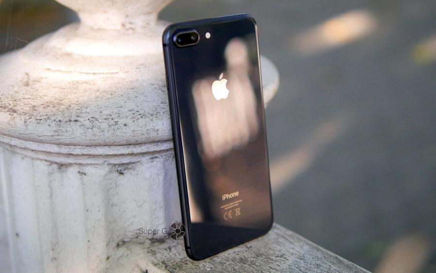 Задняя поверхность в iPhone 8 Plus из стекла