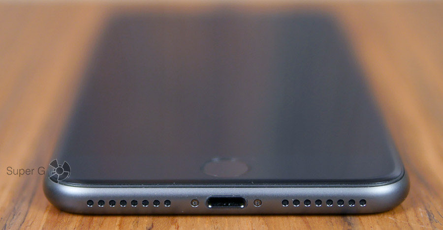 Разъём Lightning в и основной динамик (справа) iPhone 8 Plus