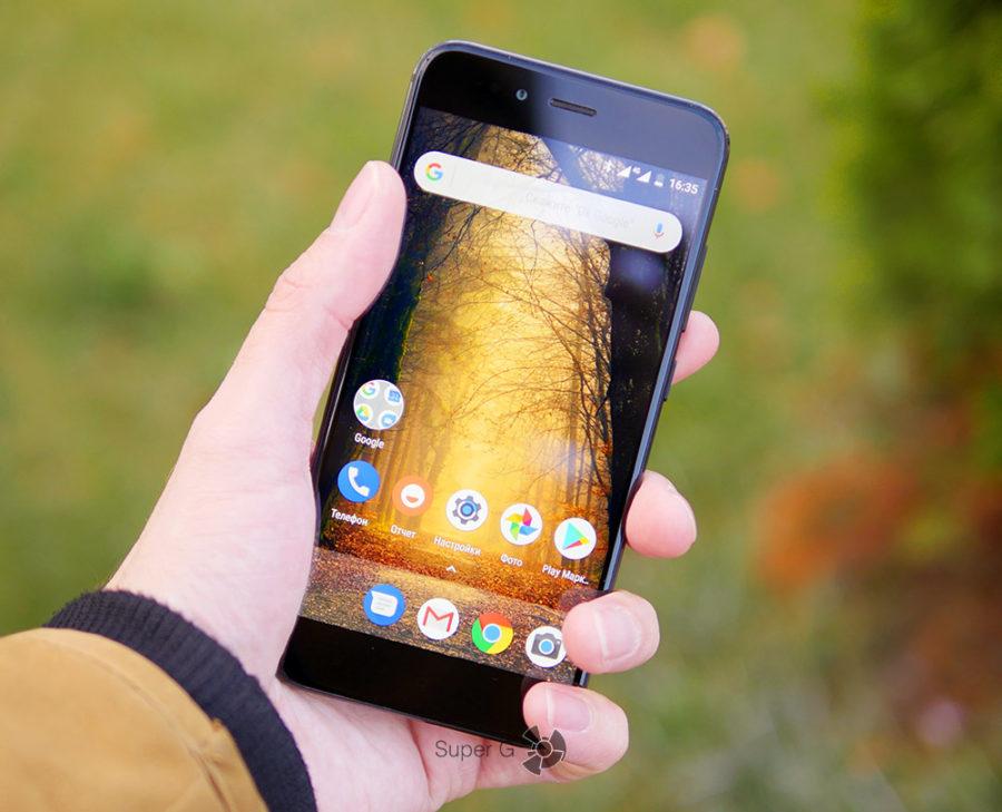 Xiaomi Mi A1 в руке (вид спереди)