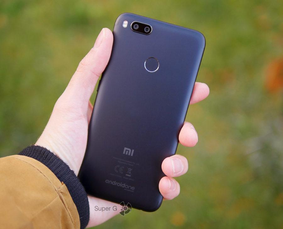 Xiaomi Mi A1 в руке (вид сзади)
