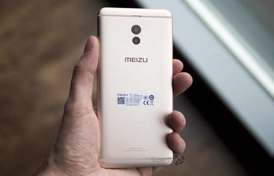 Meizu M6 Note в руке (вид сзади)