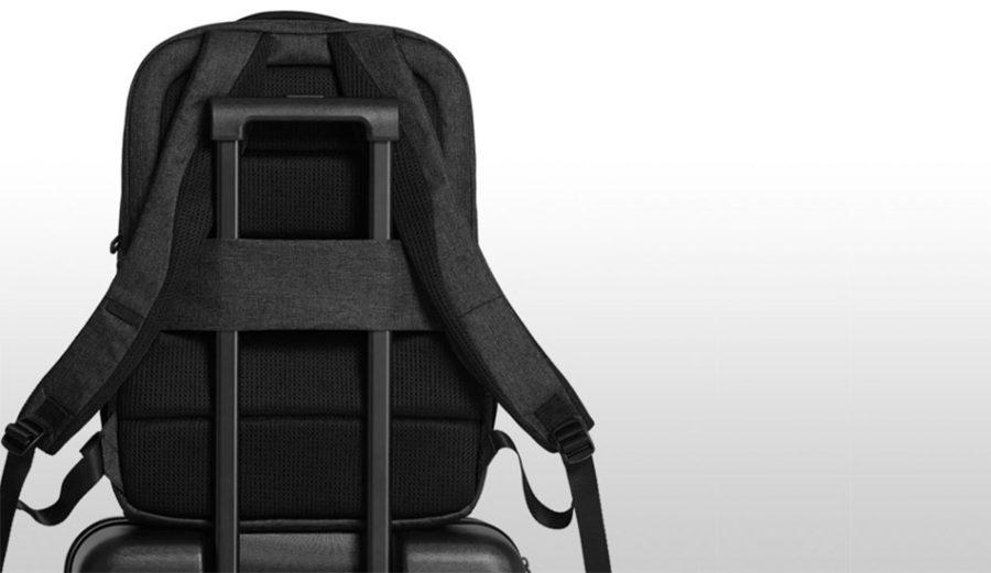 Рюкзак Xiaomi Mi Business Travel Bag удобно перевозить вместе с чемоданом