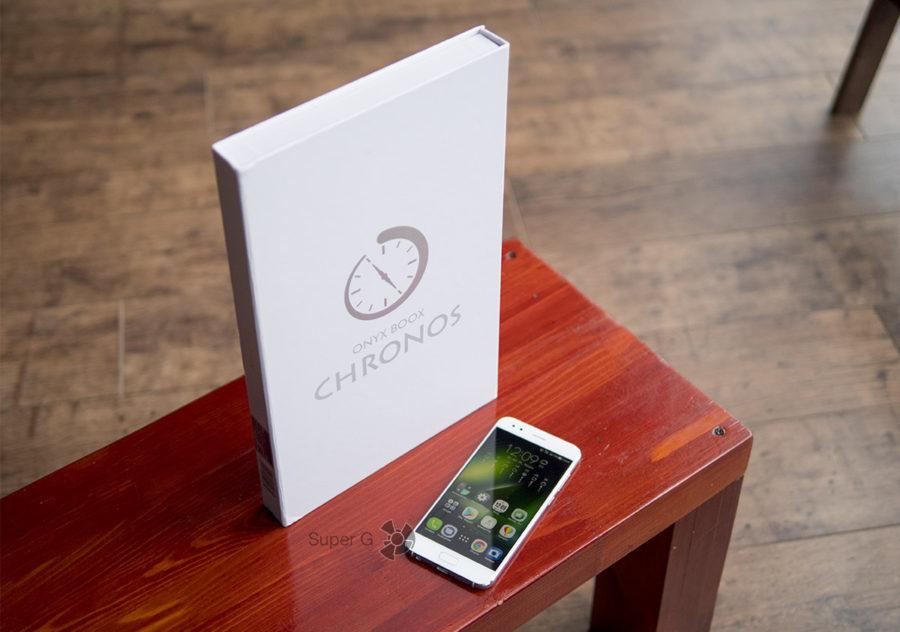 Коробка из-под ONYX BOOX Chronos огромная (смартфон для сравнения)