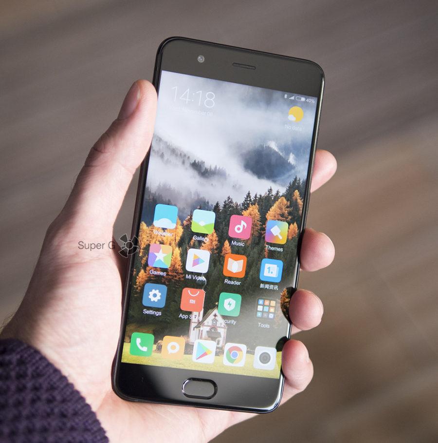 Xiaomi Mi Note 3 в руке (вид спереди)