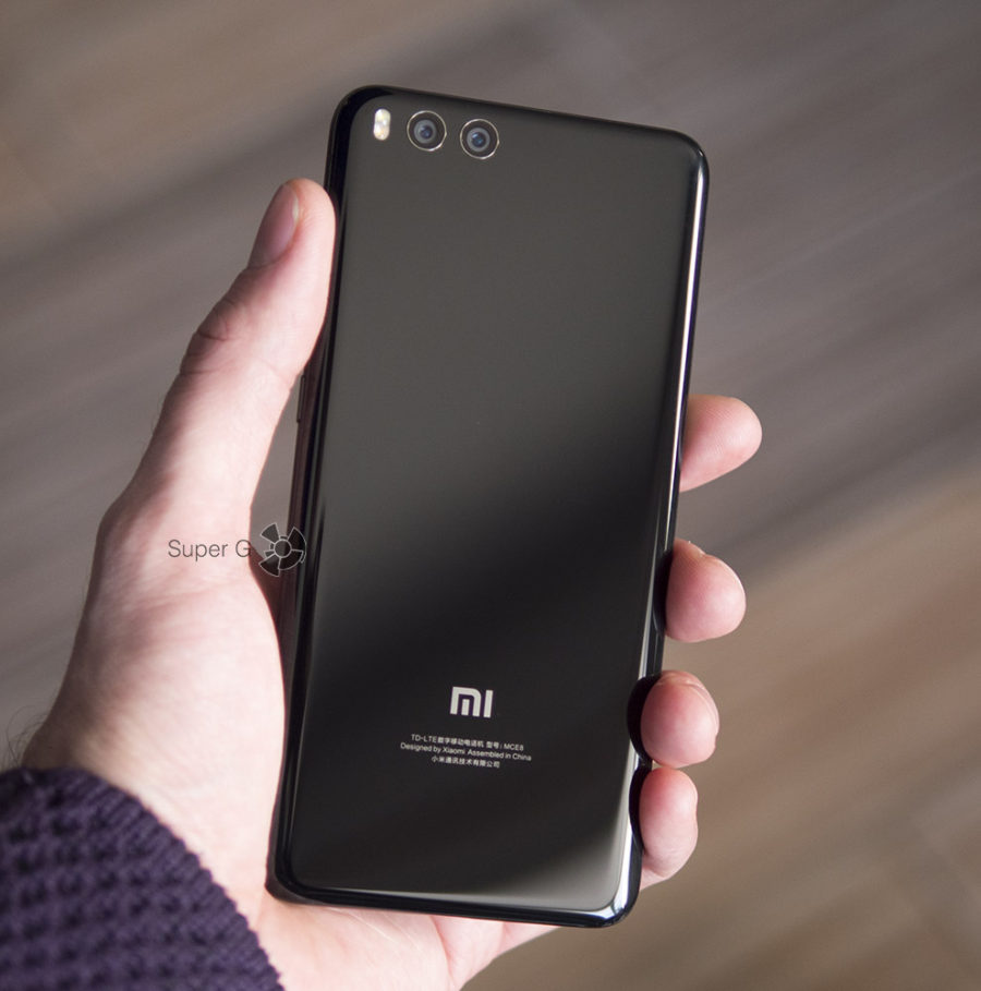 Xiaomi Mi Note 3 в руке (вид сзади)