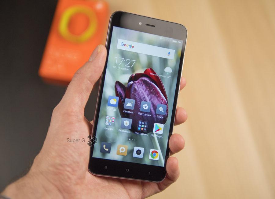 Xiaomi Redmi Note 5A в руке (вид спереди)