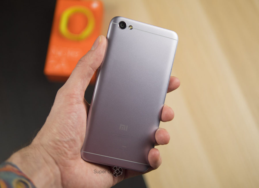 Xiaomi Redmi Note 5A в руке (вид сзади)