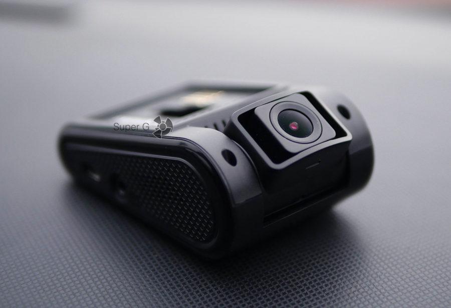 Камера видеорегистратора Neoline G-TECH X37 смотрит прямо