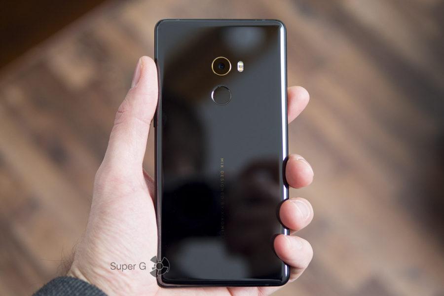 Xiaomi Mi MIX 2 в руке (вид сзади)