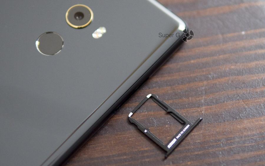 Лоток для двух SIM-карт формата Nano в Xiaomi Mi MIX 2 (карты памяти не поддерживаются)