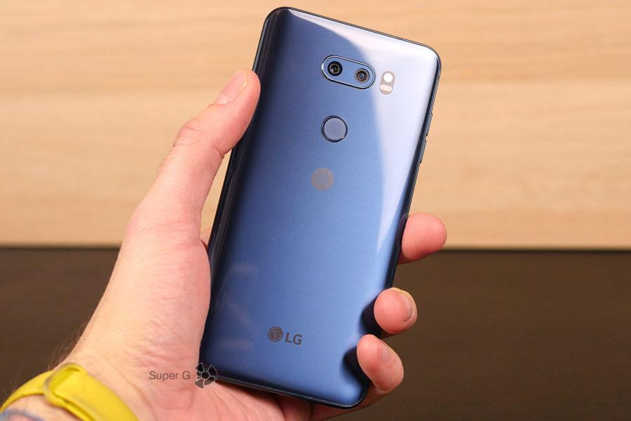LG V30+ в руке (вид сзади)