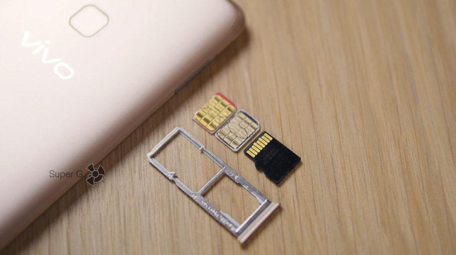 Vivo V7 поддерживает работу одновременно и двух SIM-карт и карты памяти Micro SD