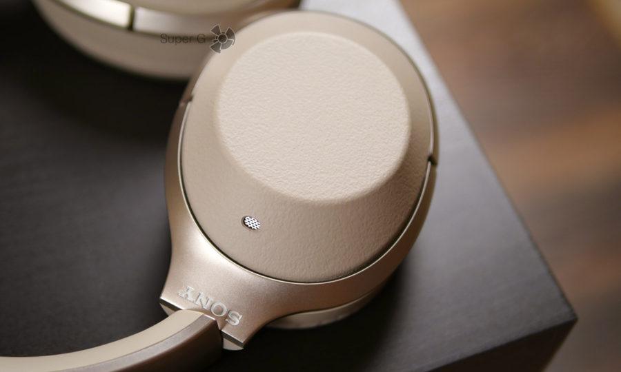 На каждом канале наушников Sony WH-1000XM2 есть внешние микрофоны