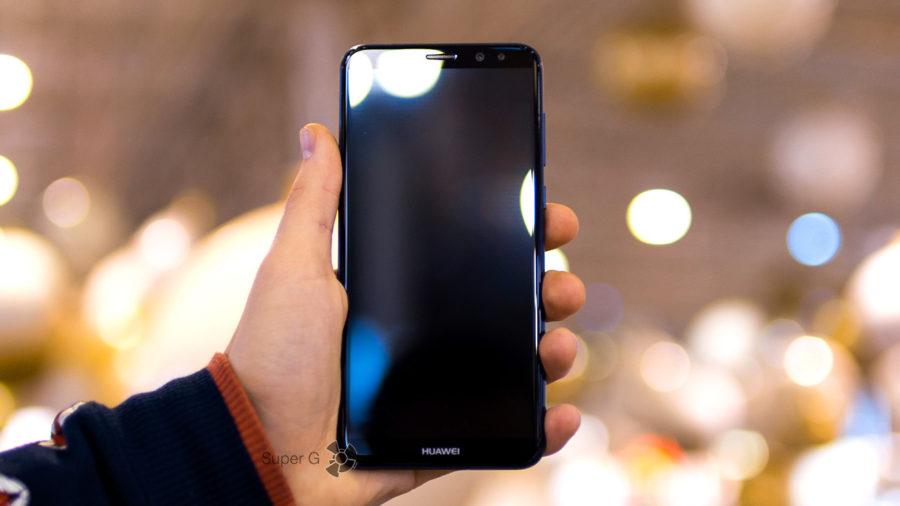 Huawei Nova 2i в руке (вид спереди)